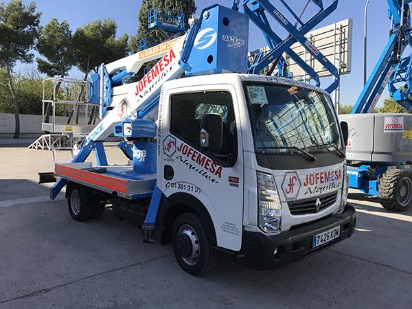 Ante la gran demanda de este tipo de plataformas, hoy acabamos de recibir en nuestras instalaciones de Madrid un camión cesta nuevo para alquilar sin conductor.
